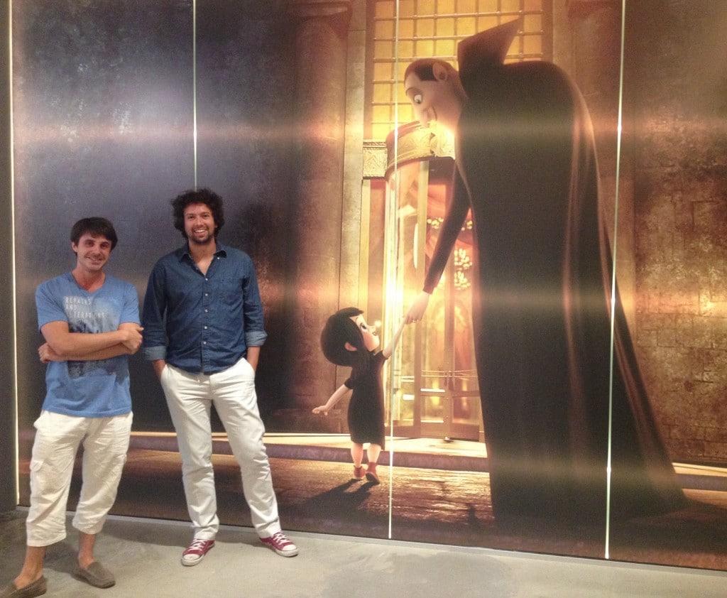 Laurent Wach (à gauche) et Romain Digonnet, animateurs chez Sony Pictures Imageworks, posant devant une image d'Hotel Transylvanie